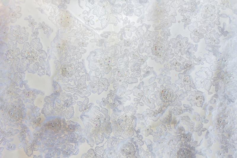 Белая сатинировка свадьбы и вышитый шнурок стоковое фото