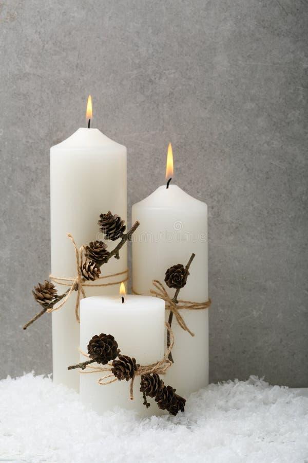 Белая свеча с оформлением рождества стоковое изображение