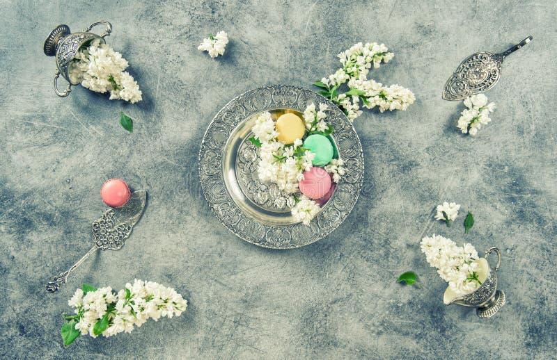 Белая сирень цветет торты macaroon Тонизированное год сбора винограда стоковые фото