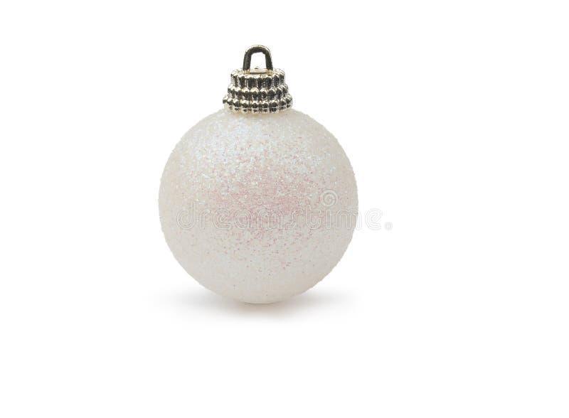 Белая сияющая безделушка рождества яркого блеска изолированная на чисто белом ба стоковое фото rf