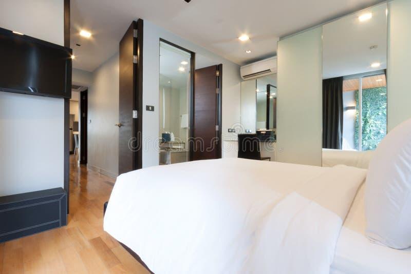 Download Белая спальня стоковое изображение. изображение насчитывающей роскошь - 33739345