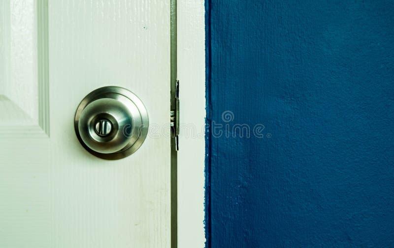 Белая стена сини двери и военно-морского флота стоковая фотография rf