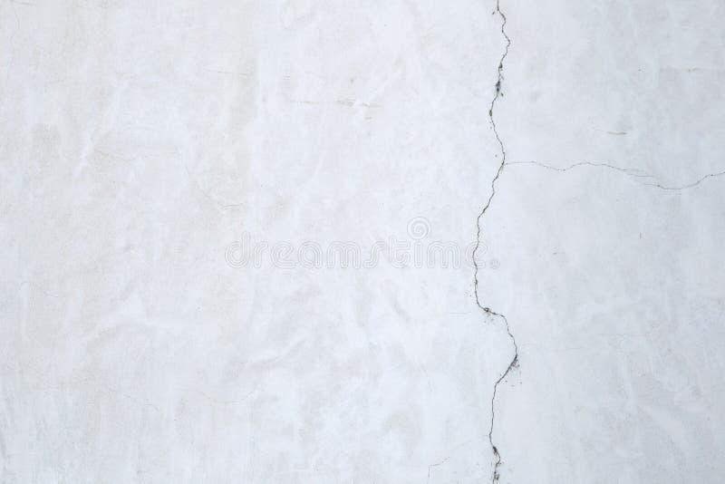 Белая стена штукатурки с треснутым гипсолитом окно текстуры детали предпосылки старое деревянное стоковые изображения