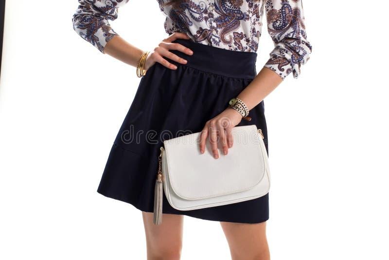 Белая сумка в руке дамы стоковые изображения