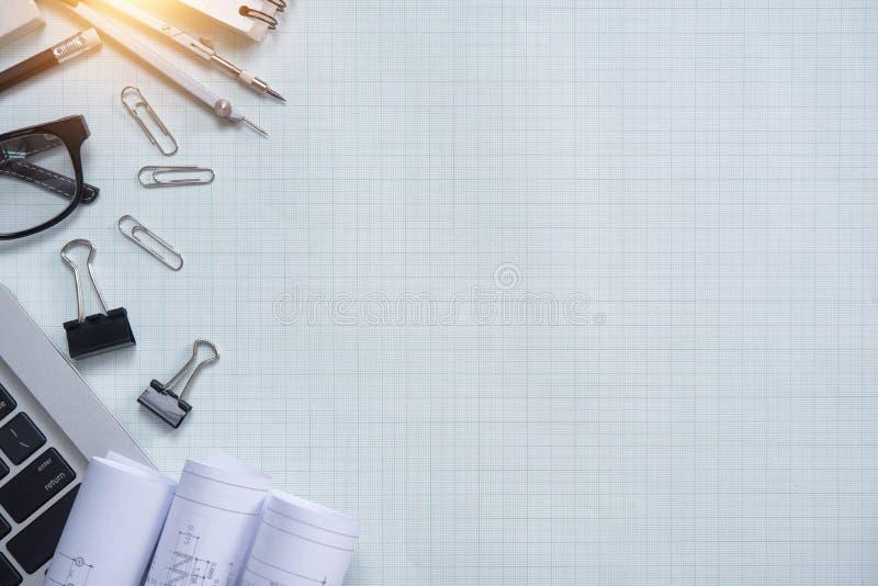 Белая таблица стола офиса с архитектором стоковые изображения
