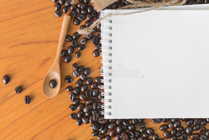 Белая тетрадь для вашего текста с дерюгой и кофейными зернами стоковая фотография rf