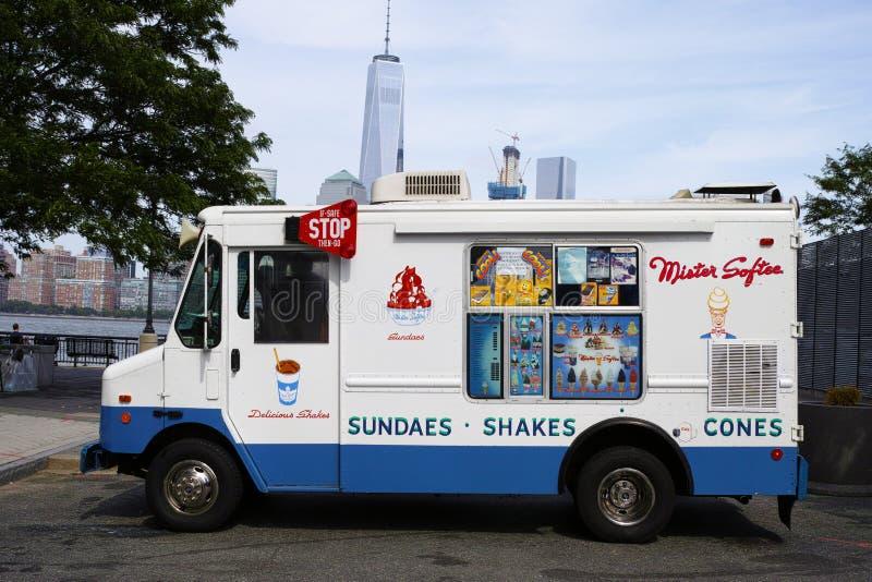 Белая тележка мороженого господина Softee в Jersey City с Нью-Йорком стоковые фотографии rf