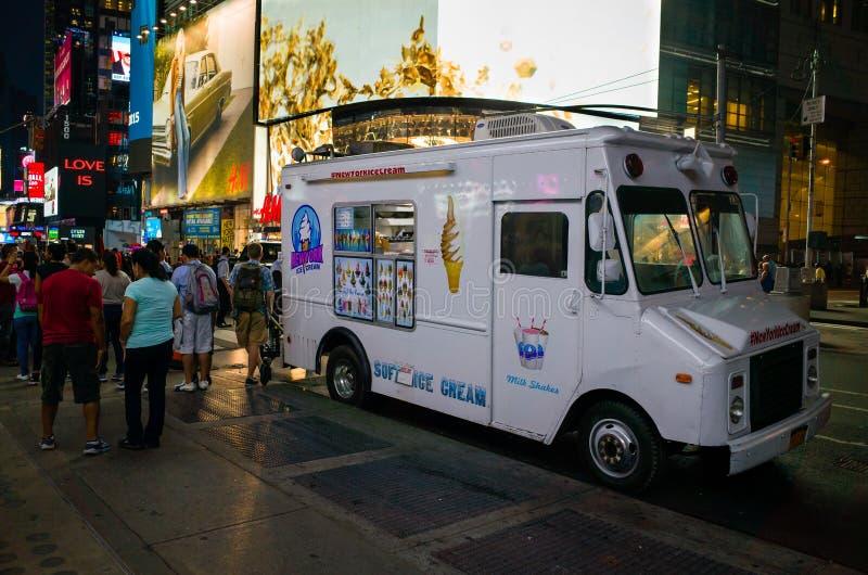 Белая тележка мороженого на толпить улице на ноче в Нью-Йорке c стоковые фотографии rf
