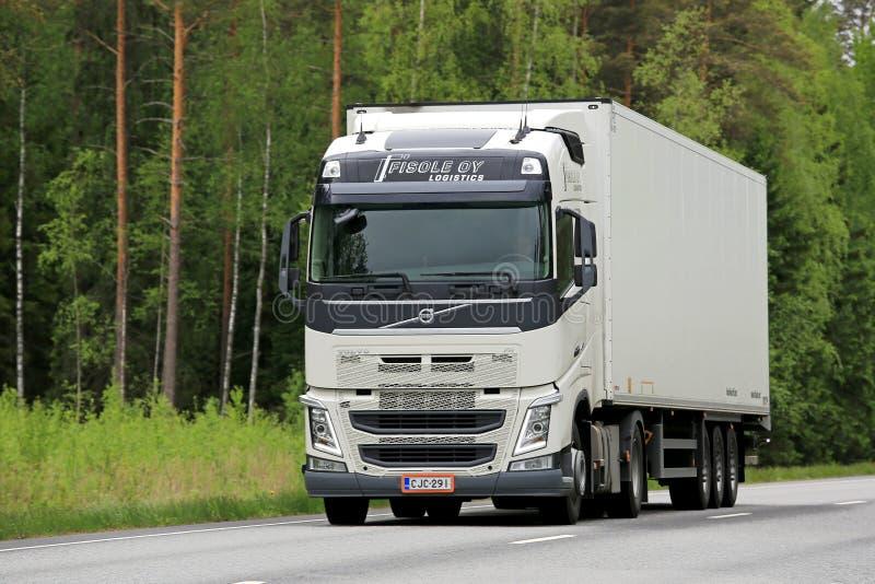 Белая тележка Volvo FH на дороге стоковая фотография rf