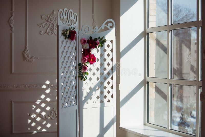 Белая чувствительная декоративная деревянная панель в классическом интерьере Комната свадьбы будуара Ретро складывая экран с цвет стоковое изображение rf