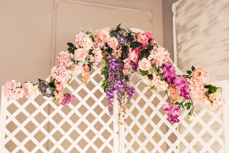 Белая чувствительная декоративная деревянная панель в классическом интерьере Комната будуара Ретро складывая экран с цветками Вин стоковая фотография rf