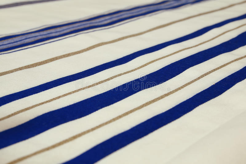 Белая шаль молитве - Tallit, еврейский религиозный символ стоковое фото rf