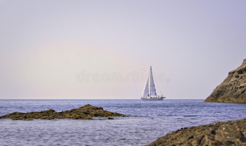 Белая яхта в заливе стоковые фото