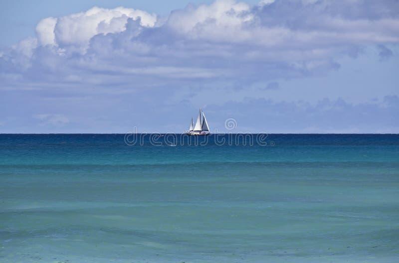 Белая яхта на горизонте Индийского океана стоковые изображения