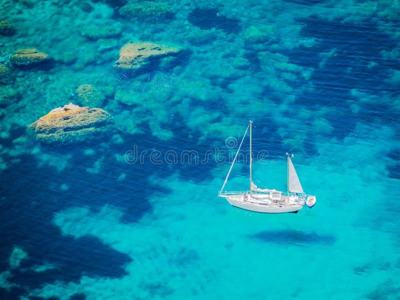 Белая яхта на голубом море стоковые фотографии rf