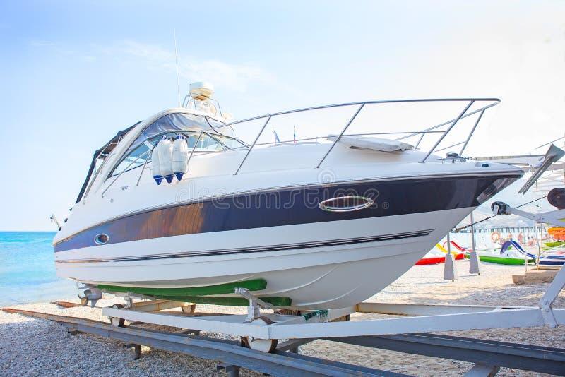 Белая яхта на поддержке на берег стоковая фотография