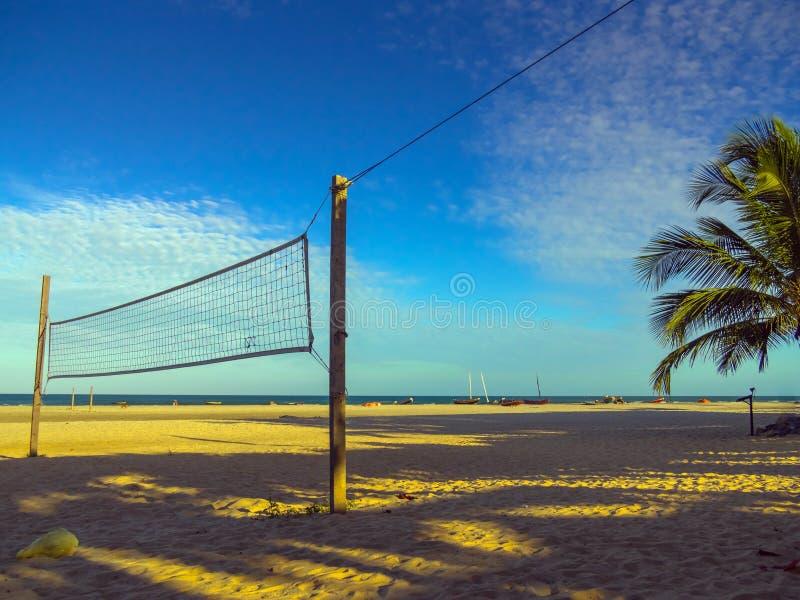 белизна волейбола предпосылки изолированная пляжем стоковая фотография