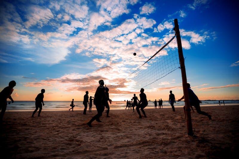 белизна волейбола предпосылки изолированная пляжем стоковое фото rf