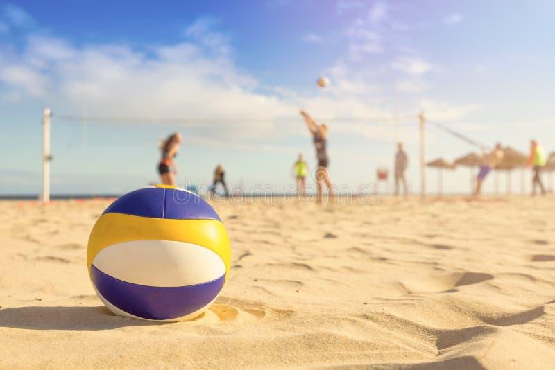 белизна волейбола предпосылки изолированная пляжем стоковое изображение