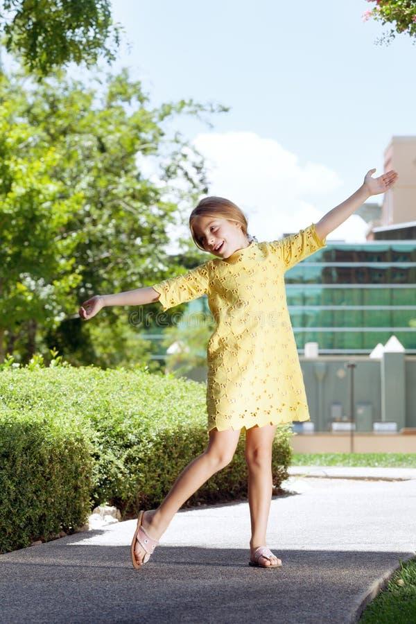 белизна девушки танцы изолированная стоковые фото