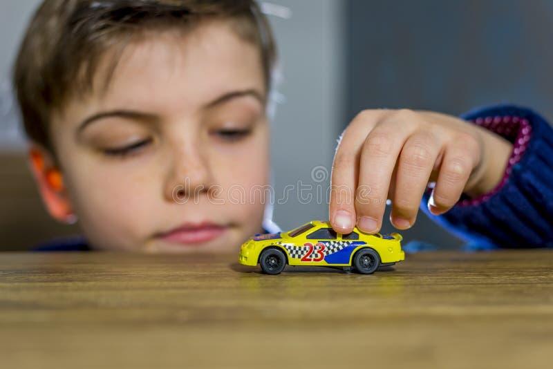 белизна игрушки предпосылки изолированная автомобилем стоковая фотография