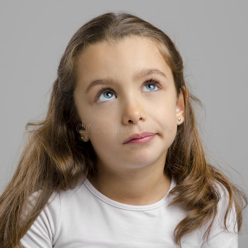 белизна изолированная девушкой думая стоковое фото rf