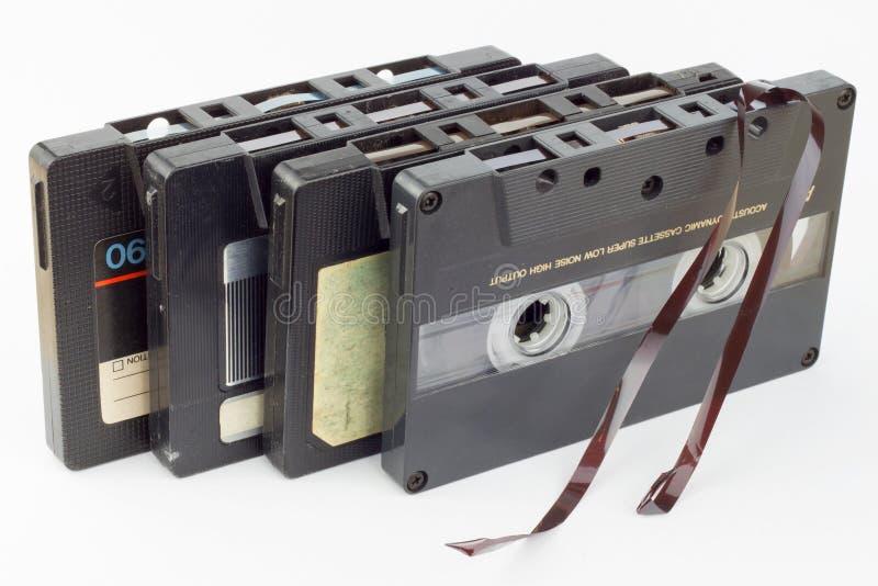белизна изолированная магнитофонной кассетой старая Пылевоздушная поврежденная магнитофонная кассета, историческая ядровая запись стоковые фото