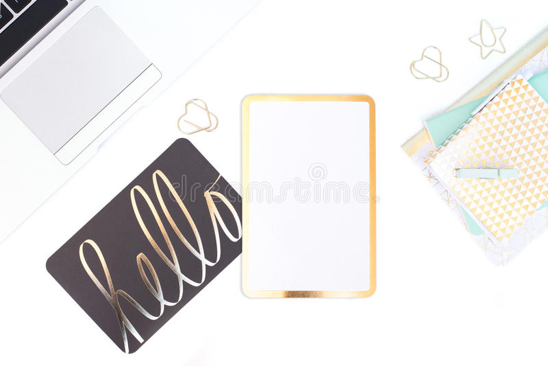 Белизна и золото мяты ввели настольный компьютер в моду на белом столе стоковая фотография