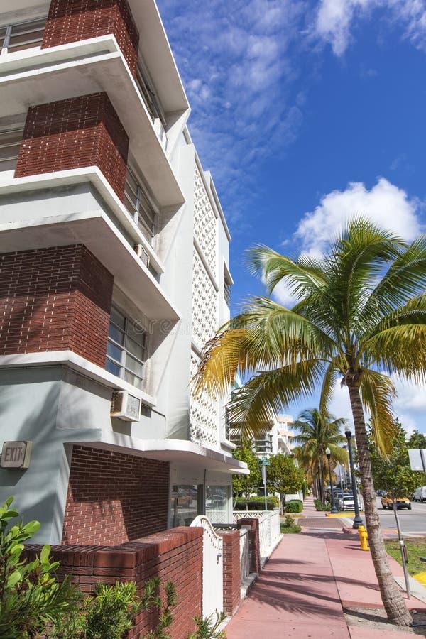 Белизна и розовое здание классического стиля в Miami Beach стоковые изображения rf