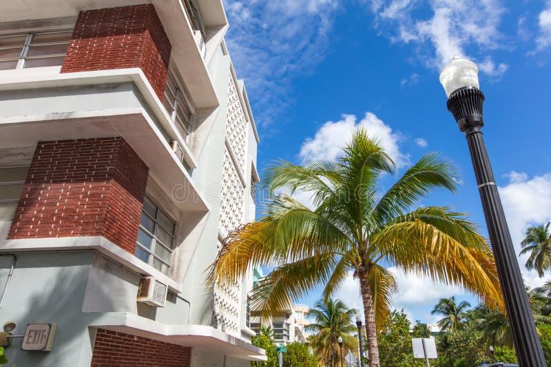 Белизна и розовое здание классического стиля в Miami Beach стоковое фото