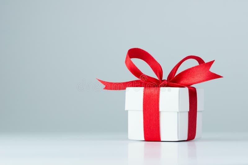 белизна коробки изолированная подарком стоковые фото