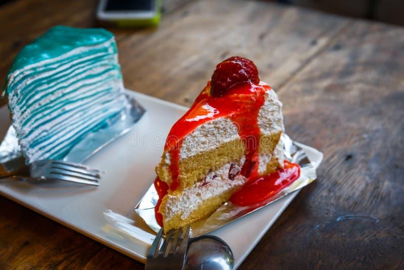 белизна клубники торта предпосылки служят плитой, котор стоковое фото
