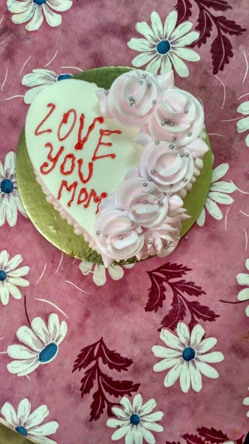 белизна клубники торта предпосылки служят плитой, котор стоковое фото rf