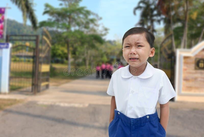 белизна мальчика предпосылки плача изолированная стоковая фотография