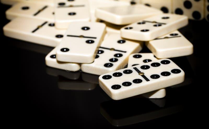 белизна домино предпосылки изолированная игрой стоковое фото