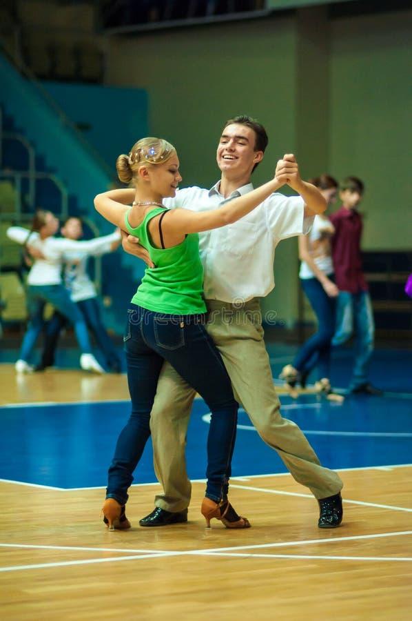 белизна пар изолированная танцы стоковое изображение rf