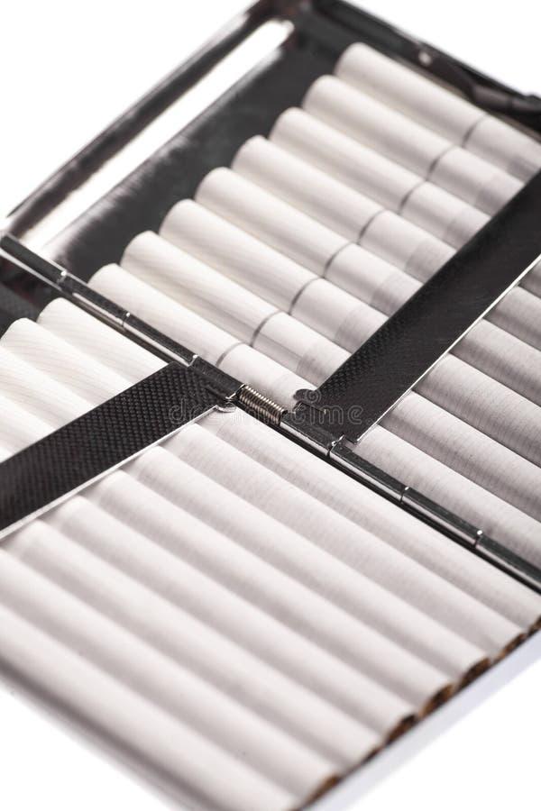 Download белизна предмета случая предпосылки изолированная сигаретой Стоковое Изображение - изображение насчитывающей держатель, металл: 40587219