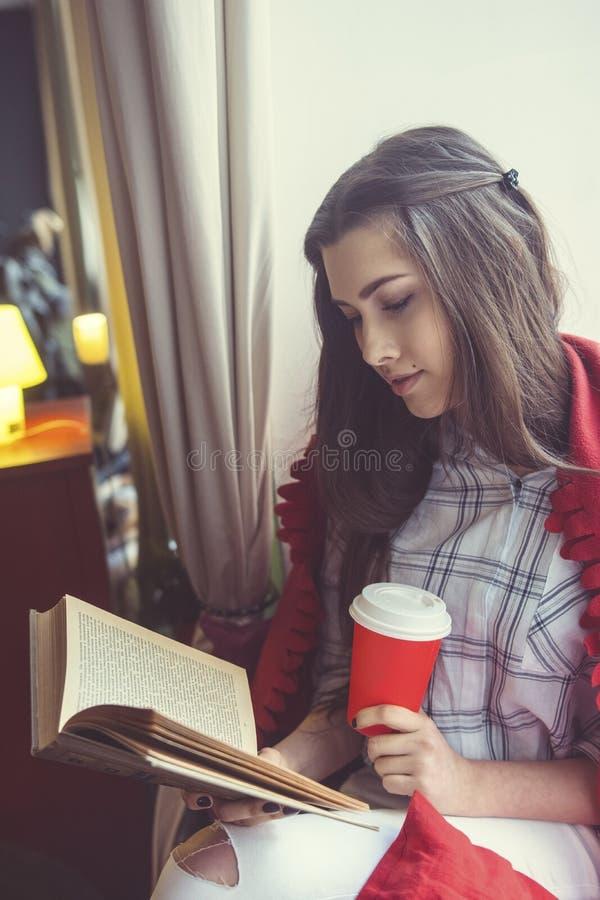 белизна предпосылки изолированная девушкой читая стоковые фото