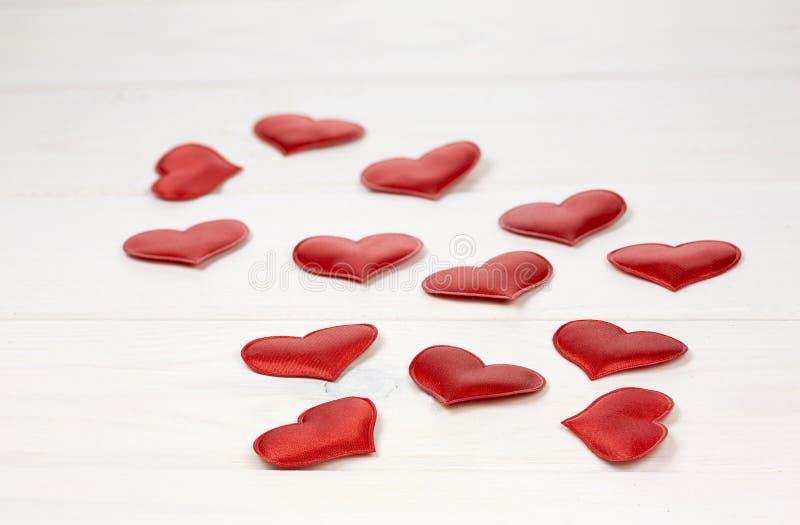 белизна сердец предпосылки красная стоковое изображение