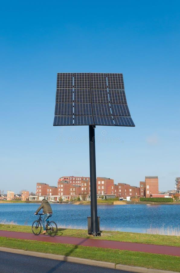 белизна солнца панели энергии изолированная рукой солнечная стоковое фото