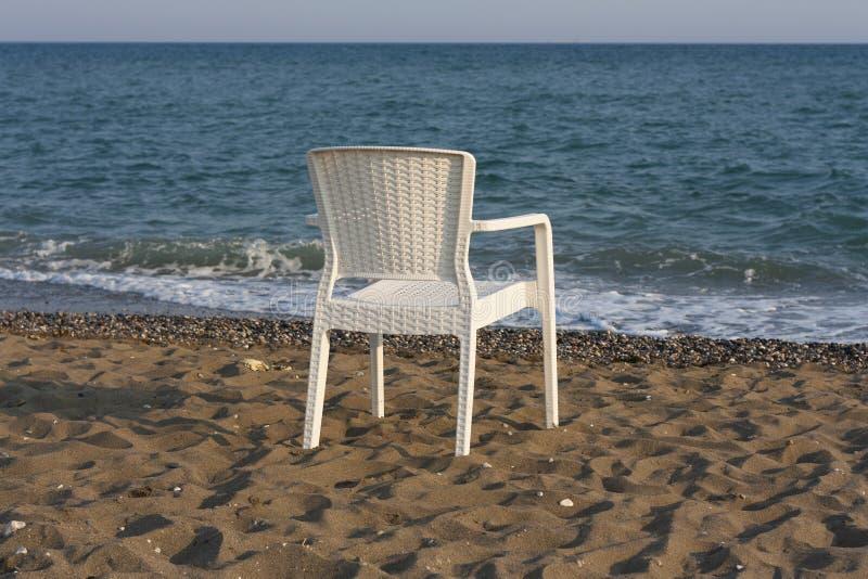 белизна стула пляжа пластичная стоковое фото rf
