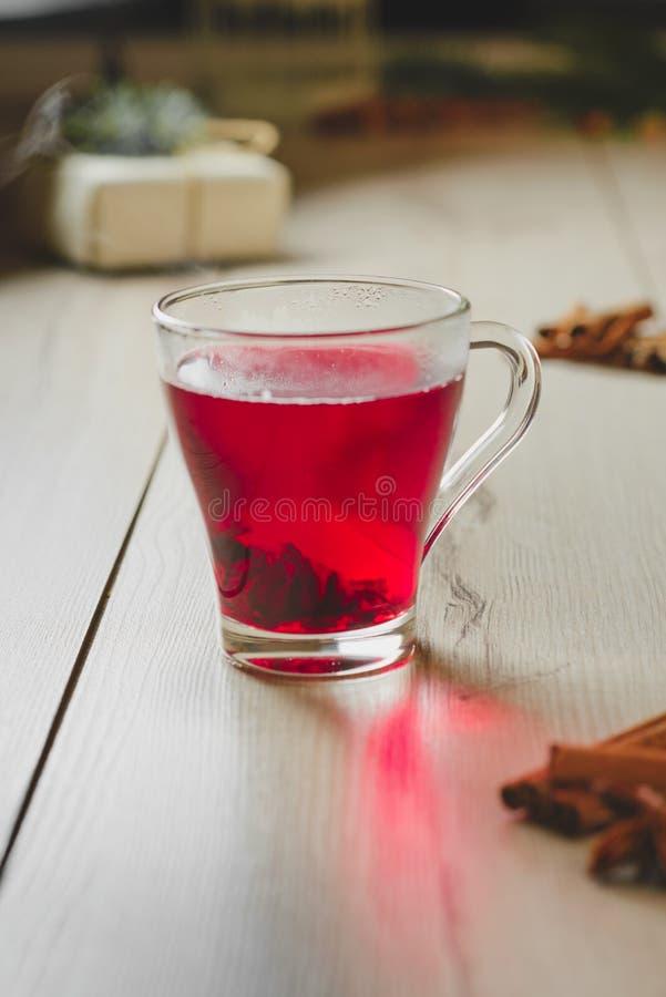 белизна чая предпосылки изолированная hibiscus стоковое изображение