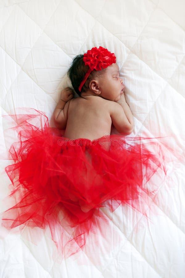 белизна юбки милой девушки балерины младенца счастливая изолированная очень нося Черный newborn спать стоковое изображение