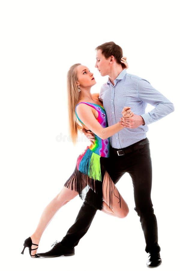 белизна latino танцоров действия изолированная элегантностью стоковые фото