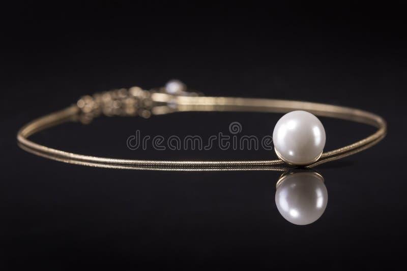 Белизна pearls ожерелье на черной предпосылке стоковые фотографии rf
