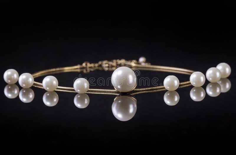 Белизна pearls ожерелье на черной предпосылке стоковое фото