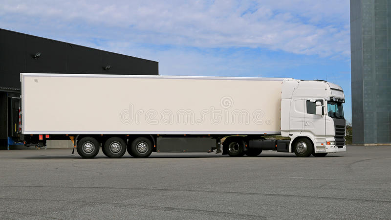 Белизны грузовик Semi на дворе склада стоковые изображения