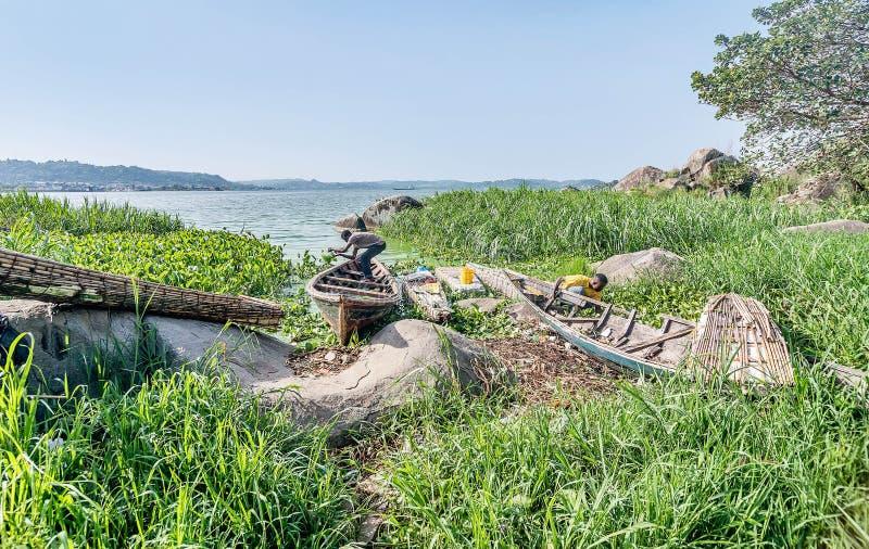 Бедные рыболова вне мочат от шлюпки на Lake Victoria около m стоковые изображения rf