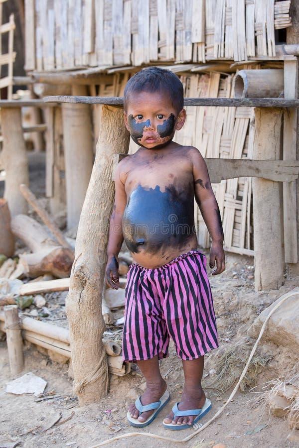 Бедный мальчик портрета grimy Mrauk u, Мьянма стоковые фото