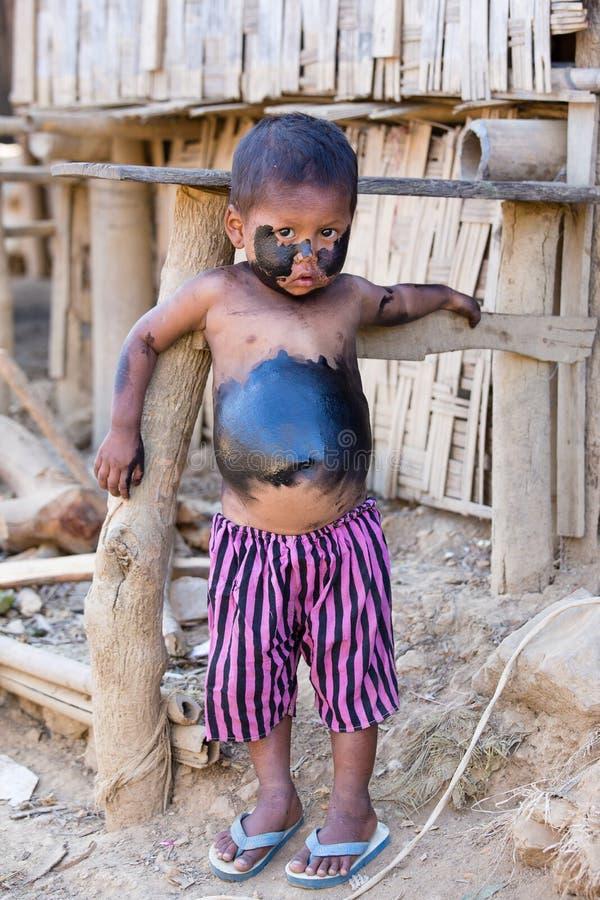 Бедный мальчик портрета grimy Mrauk u, Мьянма стоковая фотография